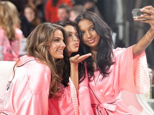 mcx-victoria-secret-angel-backstage-de